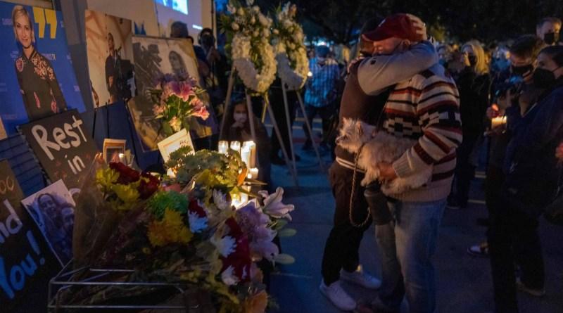 Caso Alec Baldwin: Vigília homenageia diretora de fotografia morta em set – 25/10/2021 – Celebridades