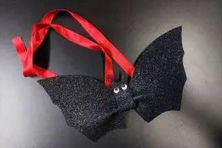 Aprenda a fazer gravatinha de morcego para o Halloween do pet