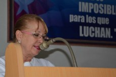 Marcia Agüero, Vicepresidenta del Poder Popular en Holguín, felicitó a los egresados del Diplomado de Gestión Empresarial y Dirección en Administración Pública. UHO FOTO/Luis Ernesto Ruiz Martínez.