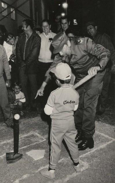 """Fidel Castro Ruz participa en la inauguración del Círculo Infantil """"Amiguitos de Celia"""", y enseña a un niño la posición para batear. Municipio Playa, Ciudad de la Habana, 30 de diciembre de 1987"""