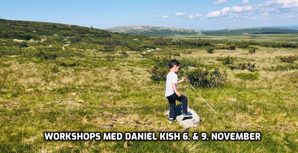 Workshops med Daniel Kish 6 & 9 November. IMage: Student Visioneer Luca uses FlashSonar echolocation and his Perception Cane to step over a large rock in an open field in Norway.