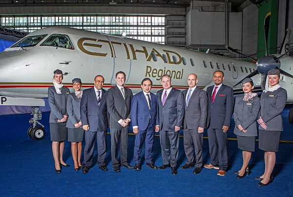 Etihad Regional Präsentation, v.l.n.r. Crew, Etihad V.P. Hasan A. Saleh Al Hammadi; Etihad CCO Peter Baumgartner; VAE Botschafter Mohammed Atiq Al Rumaithi; Etihad CEO James Hogan, Darwin CEO Maurizio Merlo; Etihad V.P. Abdul Qader Hussein Ahmed, Crew, © Etihad Airways