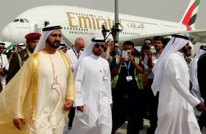 Scheichs vor Emirate Flugzeug