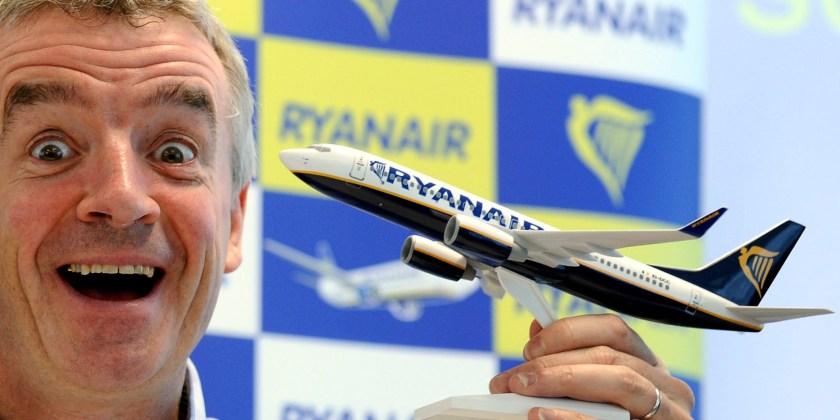 """Der Geschaeftsfuehrer der irischen Billigfluggesellschaft Ryanair, Michael O'Leary, posiert am Mittwoch (09.05.12) auf dem Flughafen Frankfurt-Hahn in Lautzenhausen auf einer Pressekonferenz der Fluggesellschaft mit einem Flugzeugmodell. Die Billigfluglinie Ryanair kritisiert die EU-Beihilfeverfahren gegen regionale Flughaefen in Deutschland als """"Feldzug"""". Der Vorwurf illegaler oeffentlicher Finanzhilfen fuer die Airport-Betreiber, von denen Ryanair profitiere, sei falsch, sagte Ryanair-Chef Michael O'Leary am Mittwoch in Lautzenhausen. (zu dapd-Text) Foto: Harald Tittel/dapd"""