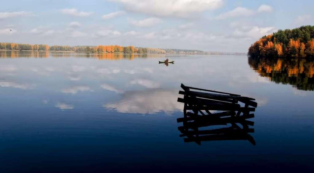 Лодка на озере, природа Беларуси