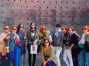 Quien soy:  Deborah Ballarini con clientes realizando un tour en Milán.