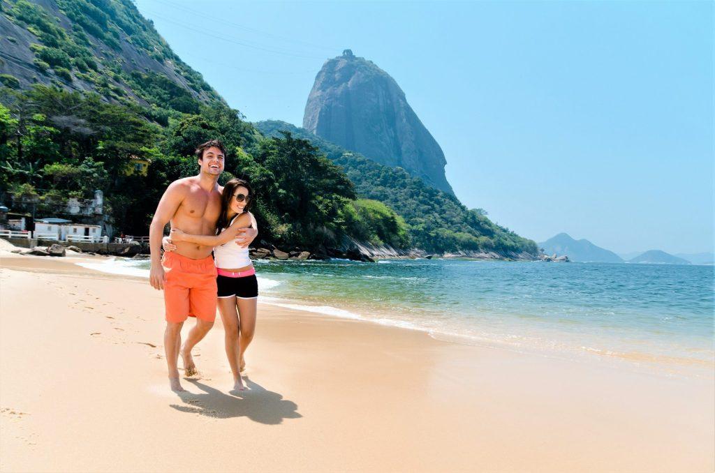 Couple enjoying Rio de Janeiro beach with sugar loaf on the background.Praia vermelha - Rio de Janeiro - BrazilRio MiniLypse 2011