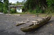 La plage de Kunde à Voravor. On aperçoit en premier plan son canoë et, dans le fond, son bungalow.