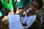 Une petite fille nous montre ses leçons d'Anglais en sortant de l'école.