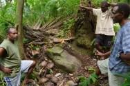 Découverte d'une pierre ancestrale au cours une randonnée. Cette pierre était utilisée pour la circoncision, pratique abandonnée de nos jours.