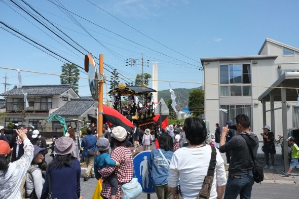 This boat is preparing to turn the sharp corner to the shrine.