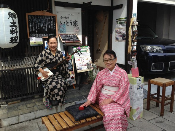 The Konpira Fune-Fune game in front of Itoya