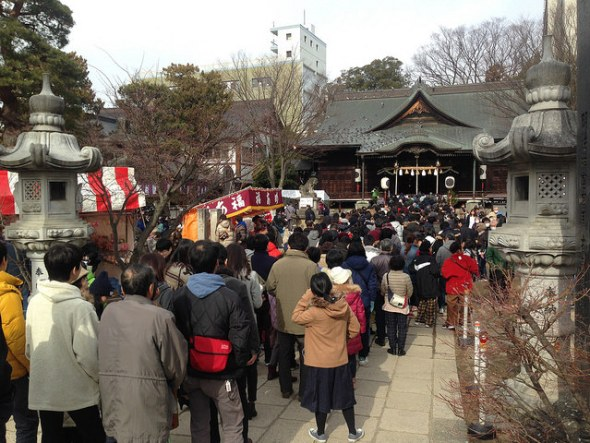 Hundreds of people lined up before Yohashira Shrine