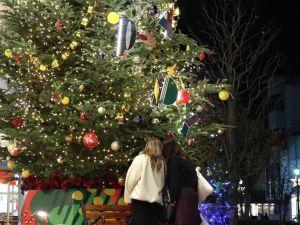 煌めく夜クリスマスツリー&輝く月