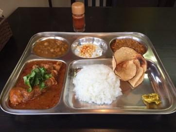 แกงชุดคอมโบ มีแกงไก่ แกงไก่สับและแกงถั่วอินเดีย