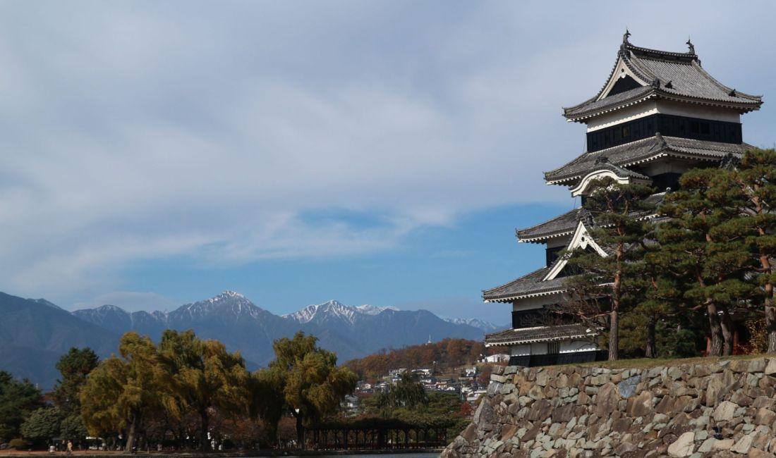 晩秋の国宝松本城