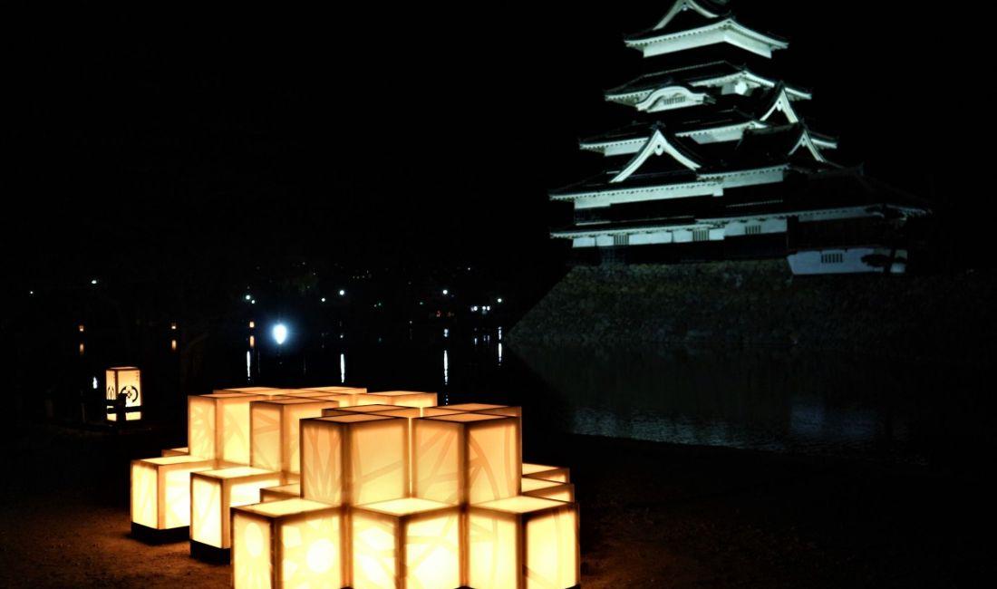 フォトスポット!松本城をバックに光のオブジェ