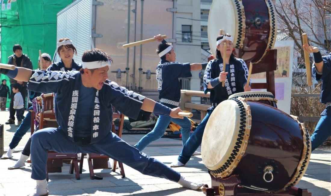 冬の日差しの中ナワテ通り「春告げ祭2020」