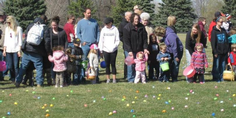 Children with their parents at the Easter Egg Dash 2015