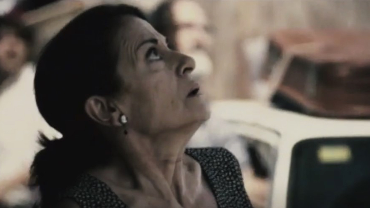 Woman looking scared up at sky in Before The Fall aka Tres Dias (2008)