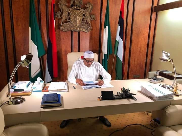 "Controversies trail Buhari's ""photoshoped""  work picture on Twitter"