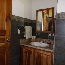 2BR cabina bathrooms