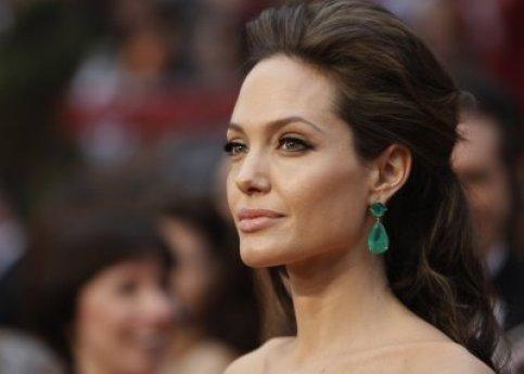 Angelina Jolie wearing Lorraine Schwartz emerald drop earrings at 2009 Oscars