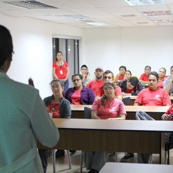 Trabajadores de VIT reciben charla sobre la importancia de llevar un estilo de vida saludable