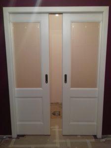 Двустворчатая дверь в стену