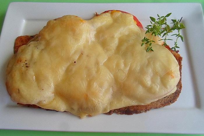 schnelles Abendessen, schnelles Essen, Abendessen Ideen, Abendessen Idee Überbackenes Brot mit Salami und Tomaten