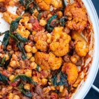Marokańska potrawka z kalafiorem, ciecierzycą i rodzynkami