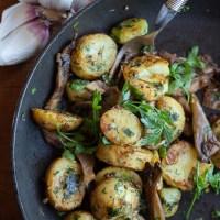 Młode ziemniaki smażone z boczniakami