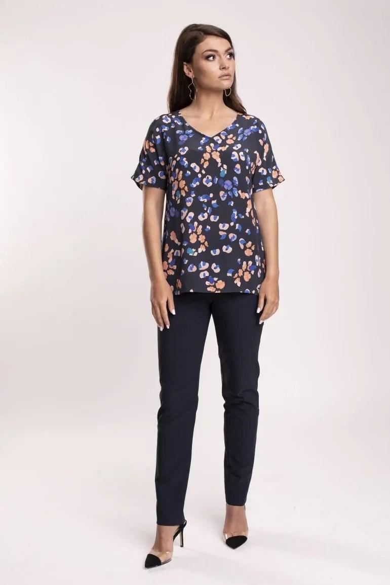 Modelka w bluzce Vito Vergelis. Bluzka z cupro i wiskozy w cętki.