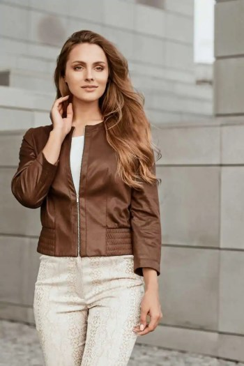 brązowa kurtka damska z ekoskóry i beżowe spodnie damskie we wzór węża marki Vito Vergelis