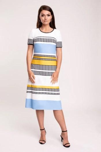 Modelka w sukience Vito Vergelis. Sukienka w paski - błękit z żółtymi polskiej marki Vito Vergelis
