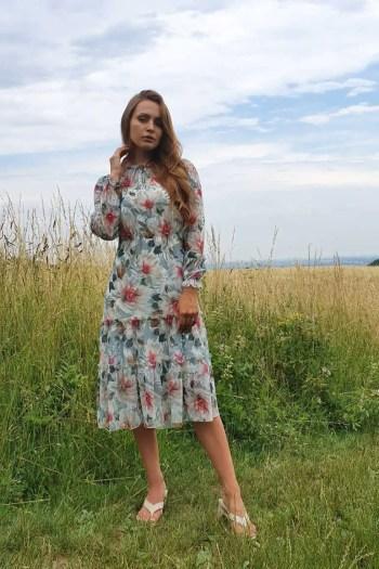 zwiewna wizytowa sukienka z szyfonu w kwiaty polskiej marki Vito Vergelis