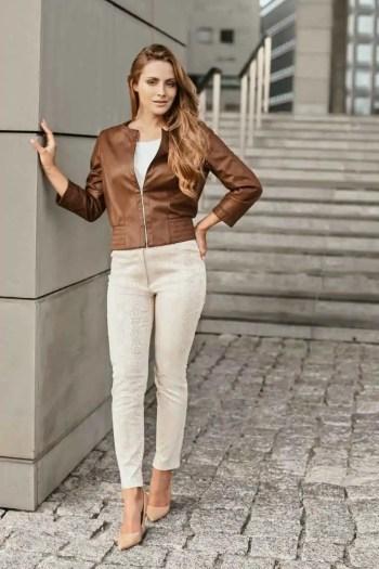 brązowa kurtka damska z ekoskóry i beżowe spodnie damskie ze zwierzęcym nadrukiem marki Vito Vergelis