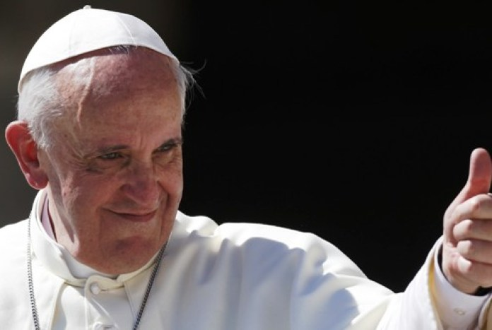 Pope Francis waves as he leads his weekly audience in Saint Peter's Square at the Vatican August 27, 2014. REUTERS/Max Rossi (VATICAN - Tags: RELIGION) - RTR43XCT