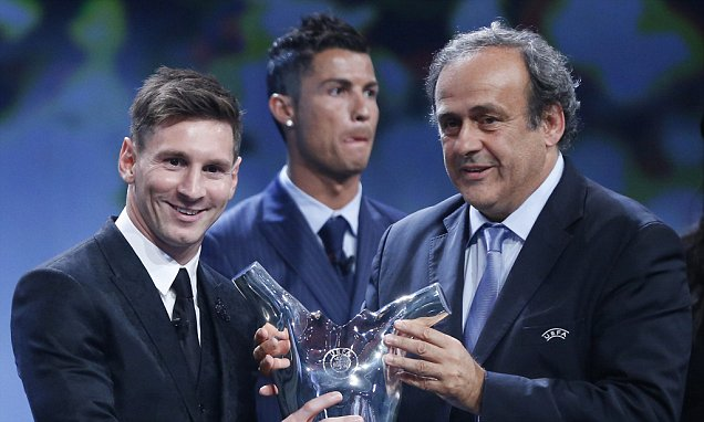 epa04900858 FC Barcelona's Lionel Messi (L) receives from UEFA president Michel Platini (R) his UEFA best player in Europe for 2014-2015 Award during the draw ceremony for the UEFA Champions League group stage at Grimaldi Forum in in Monte Carlo, Monaco, 27 August 2015. EPA/GUILLAUME HORCAJUELO