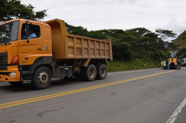 Vía Catamayo - Loja: Alcaldía  de Catamayo realiza bacheo dentro de la jurisdicción cantonal