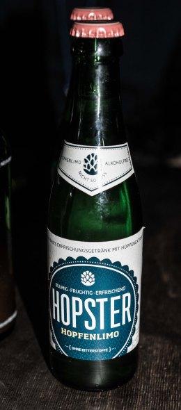 Wir starten alkoholfrei mit der Hopfenlimo Hopster: Angenehm wenig süß, erfrischende Säure und nur leicht herbe Hopfennote. Definitives Erfrischuhngsgetränk.