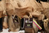 Souvenirs para conmemorar el momento. Tazas con el logo de Vivaelcacao.com llenas de cacao Extra Fino de Barlovento