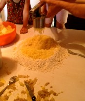 Squeeze the hot potato to add to the flour.