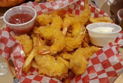 Shrimp basket with fries | Camarão empanado com fritas