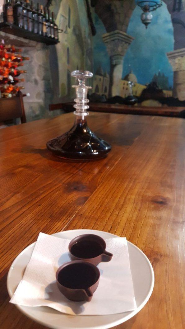 Ginja in chocolate cups   Ginja em copinhos de chocolate