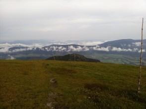 Kralova Skala sowie ganz da unten - Telgart - der Zielort des Kamms. Die bittere Abrechnung der meisten schönen Wanderungen: der schmerzende Abstieg!