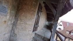 Subiendo a la muralla por la puerta Klingentor, en el extremo norte de la ciudad. Allí comienza el camino de ronda, que luego se extiende continuando hacia el este y terminando en el sur del casco antiguo.