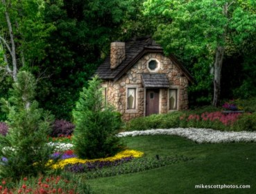 Cottage-in-forrest-house-hansel-and-Gretel-582x443