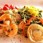 Crevettes tigrées sur spirales de courgettes et légumes.