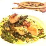 Crevettes et pétoncles crémeux sur lit d'asperges